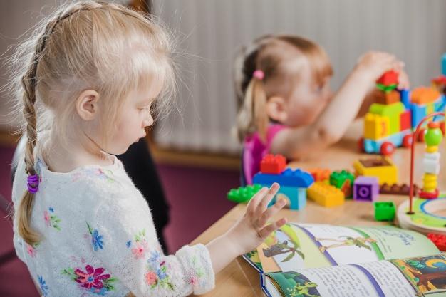 ребенок обучается чтению